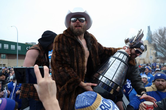Ex-Bomber Streveler shows off Cup ring to NFL 'mates